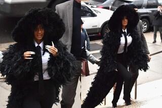 Cardi B in camicia e cravatta ma col maxi cappotto di piume: così la rapper si presenta in tribunale