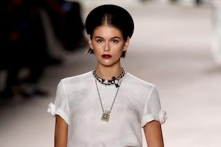 Chanel sfila a Parigi, la passerella diventa il leggendario atelier di Coco