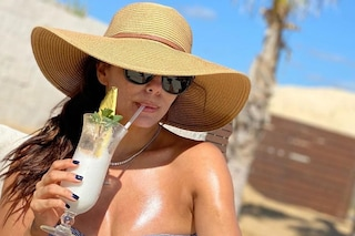 Eva Longoria in bikini e col maxi cappello di paglia: a 44 anni è più bella che mai