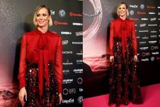 Federica Pellegrini in rosso e con la gonna di paillettes, è il suo il look più natalizio dell'anno
