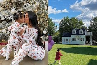 Il Natale di lusso di Kylie Jenner: alla figlia Stormie regala un anello di diamanti e una mini casa