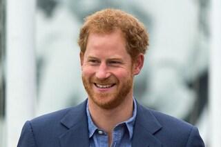 Il principe Harry si trasforma in Babbo Natale: dà il via alle feste in barba bianca e abito a tema