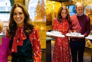 Kate Middleton in versione natalizia: cucina in abito rosso durante l'apparizione in tv