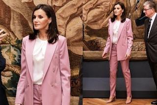 Letizia di Spagna in rosa, la regina non resiste al trend del completo maschile