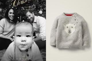 Meghan ed Harry, per Archie scelgono il maglione da 100 euro: è polemica sulla foto di Natale