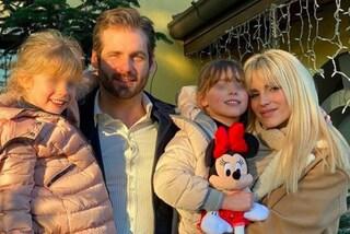 Michelle Hunziker presenta le figlie: Sole e Celeste con i piumini coordinati sono già trendy