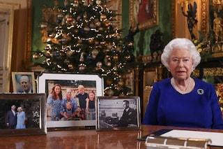 Regina Elisabetta, auguri di Natale in blu e con le perle: sulla scrivania mancano Harry e Meghan