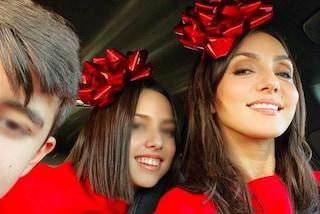 Ambra Angiolini, per Natale sceglie il look coordinato ai figli: tutti in rosso e con la coccarda