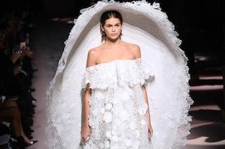 Kaia Gerber in versione sposa: a Parigi sfila in pizzo bianco con il maxi velo-cappello