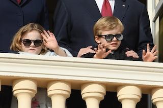 Jacques e Gabriella di Monaco come divi, i gemellini con gli occhiali da sole sono rock