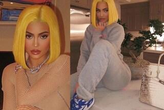 Kylie Jenner cambia stile, passa ai capelli gialli ma non rinuncia alla borsa da oltre 130mila euro