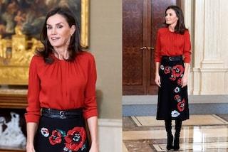 Letizia di Spagna osa in rosso: il look è chic ma la gonna a fiori è riciclata
