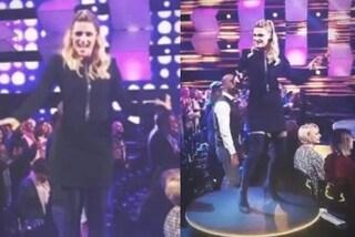 Michelle Hunziker chiude All Together Now in nero: per la finale abito corto e maxi stivali