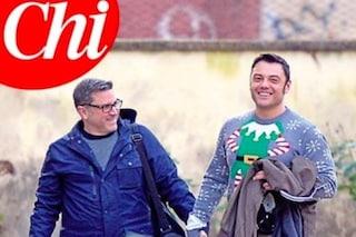 Tiziano Ferro, Natale con i genitori, il marito Victor e il maglione da 15 euro