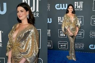 Anne Hathaway in forma a un mese dal parto, ai Critics' Choice Awards incanta con la maxi scollatura