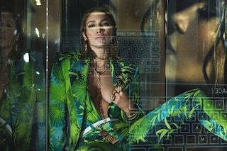 Jennifer Lopez più sexy che mai con gli abiti Jungle: è lei il nuovo volto di Versace