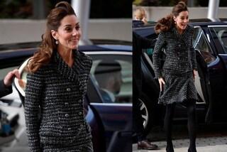 Kate Middleton ricicla il completo con la minigonna ma rischia l'incidente hot