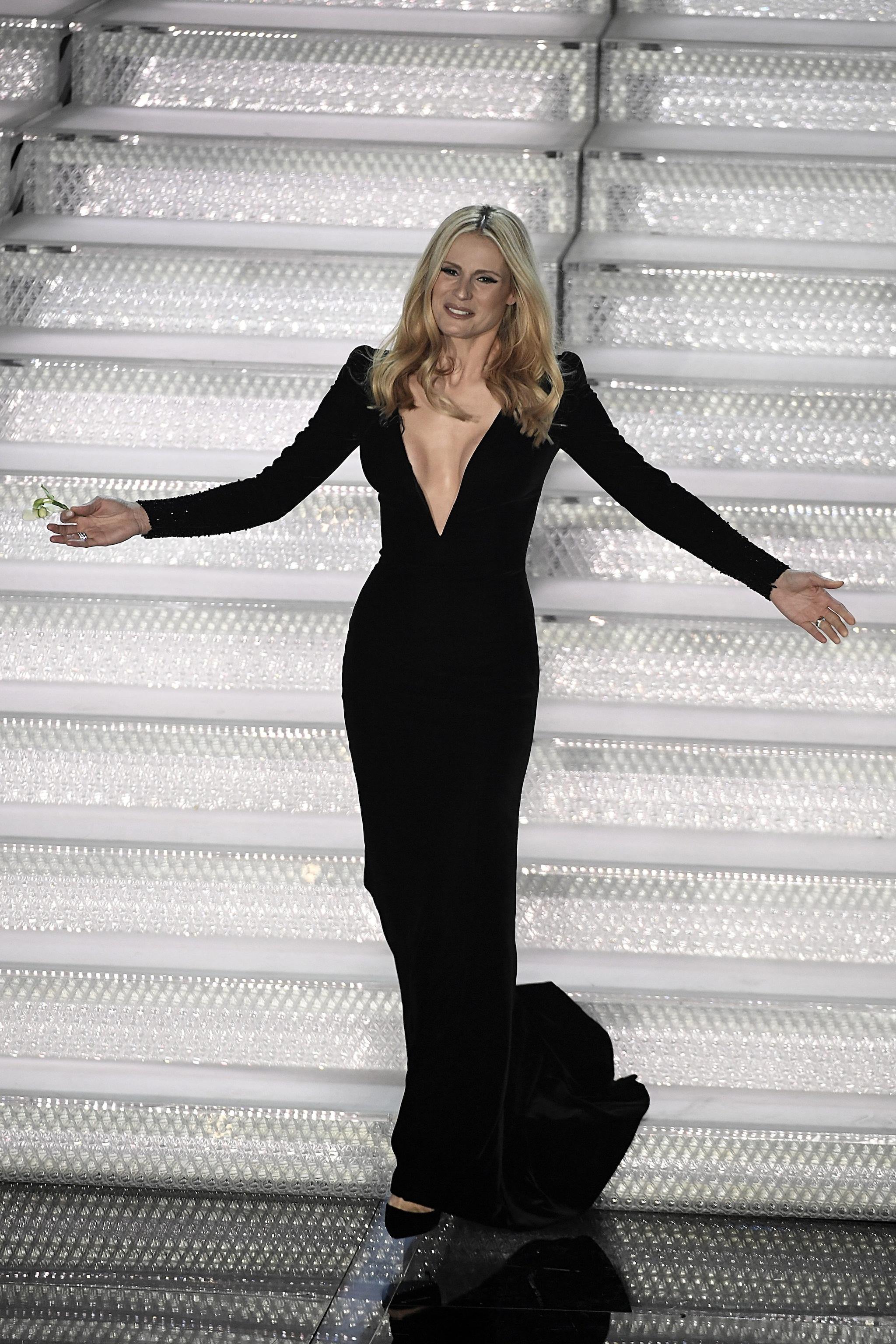 Michelle Hunziker a Sanremo 2018 con abito Armani Privé