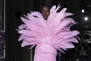 Valentino, a Parigi sfilano le principesse moderne: la passerella diventa un paradiso perduto