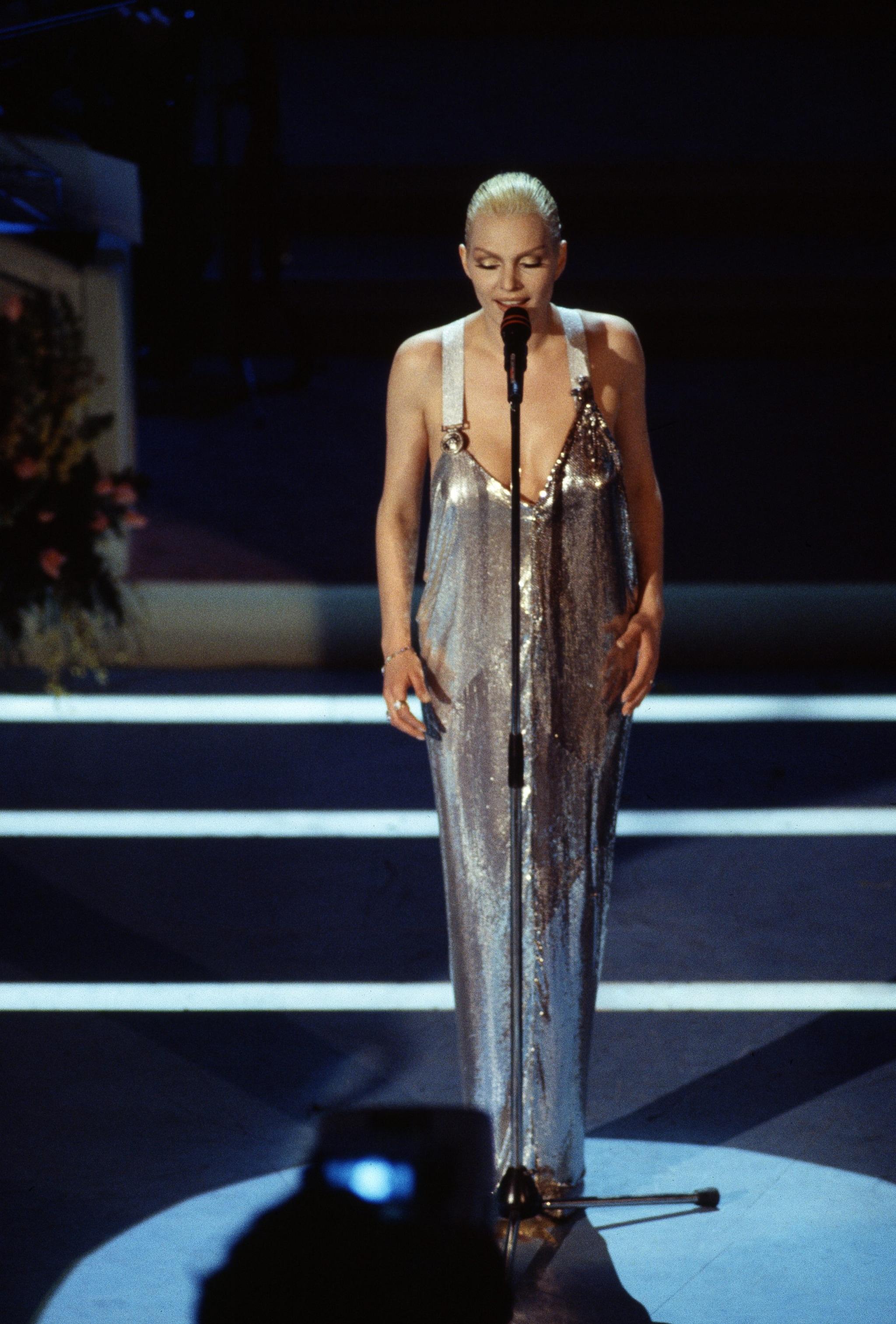 Anna Oxa con abito Versace a Sanremo 1994