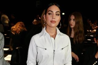Georgina Rodriguez va in bianco alle sfilate: il look da migliaia di euro alla Milano Fashion Week