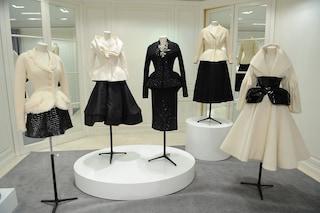 La Dior Bar Jacket compie 73 anni: la storia del capo icona dalla prima passerella a oggi