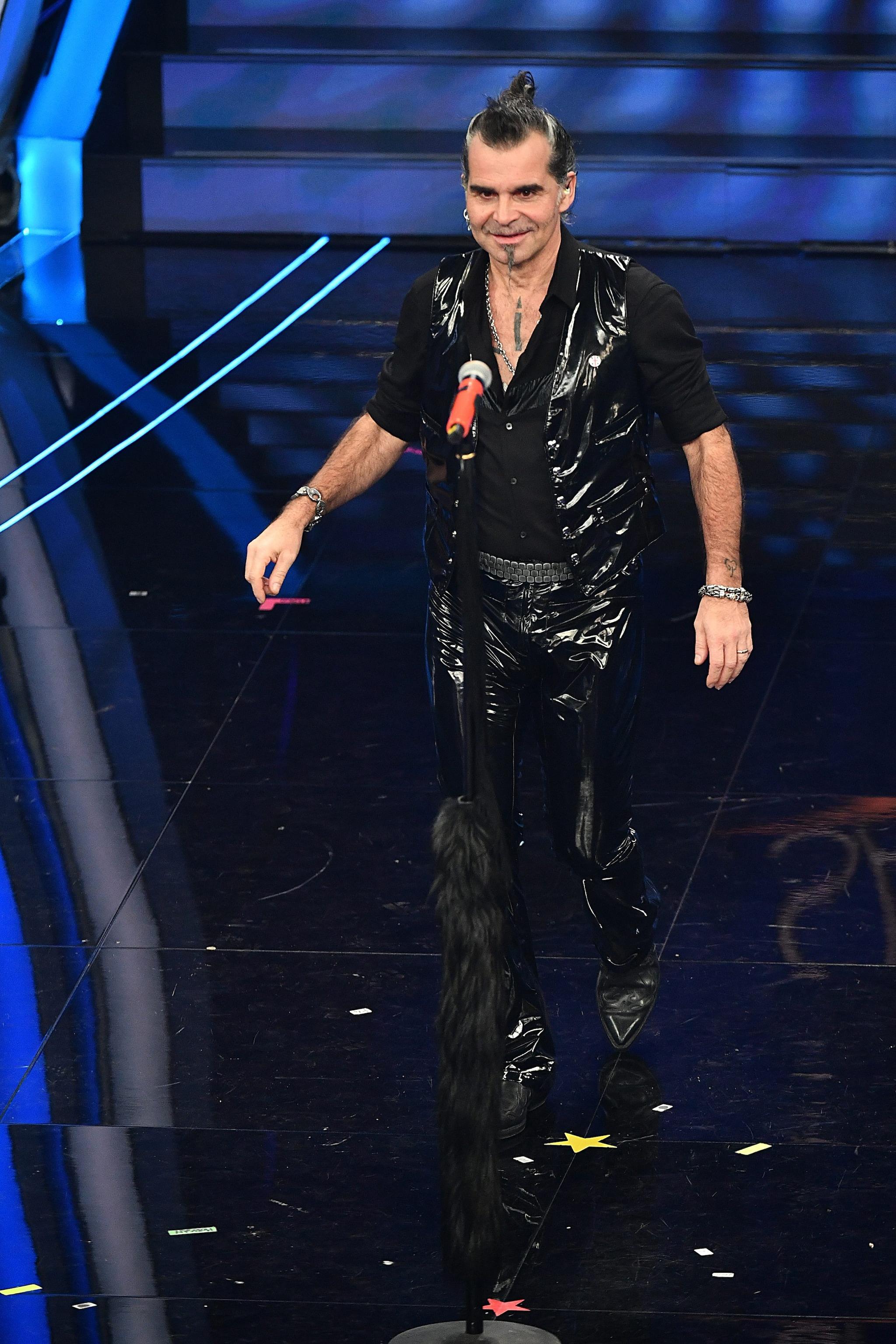Piero Pelù sul palco della seconda serata di Sanremo 2020