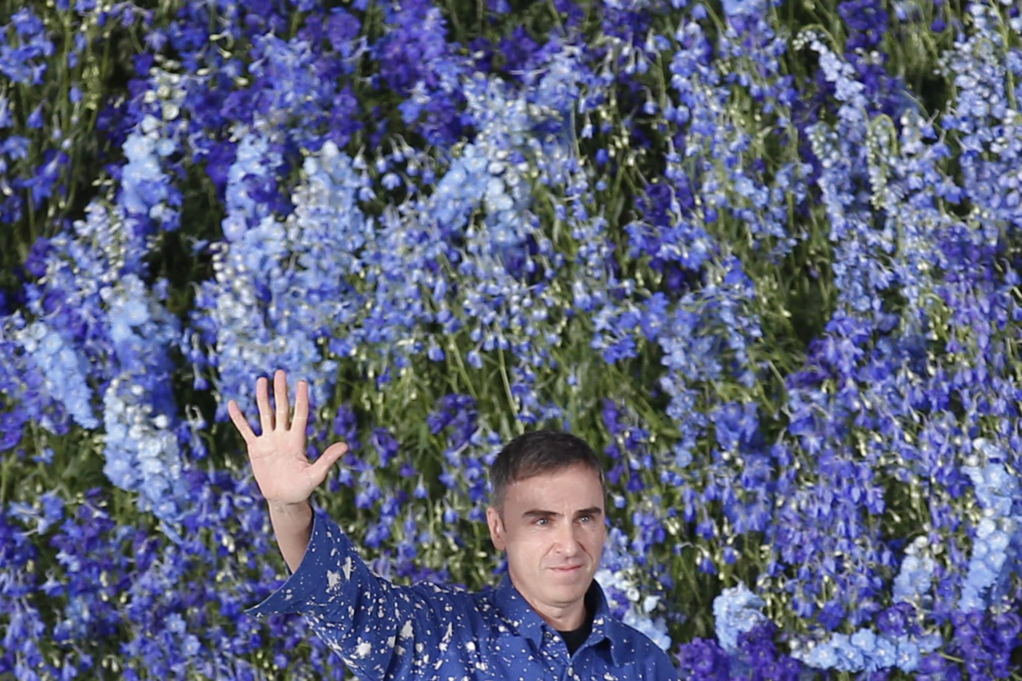 Raf Simons sulla passerella di Dior