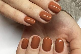 Manicure caramel latte, le unghie più trendy per la primavera 2020 sono quelle color cappuccino