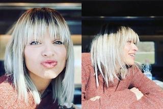 Alessandra Amoroso, i capelli sono sempre più chiari: sembrano bianchi ma le radici restano scure