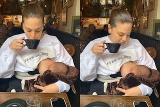 Ashley Graham allatta al seno al bar: anche in versione mamma combatte gli stereotipi