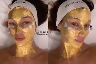 Bella Hadid si prepara alle sfilate con la maschera viso in oro: il trattamento costa oltre 300 euro