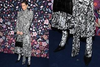 Bella Hadid con il total look animalier, la nuova tendenza è abbinare l'abito alle calze leopardate