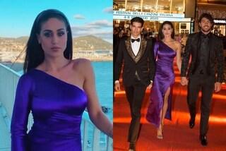 Cecilia Rodriguez sbarca a Sanremo in viola: monospalla e cerchietto tra i capelli per il red carpet
