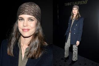 Charlotte Casiraghi principessa in bandana e pantaloni, torna così alle sfilate di Parigi