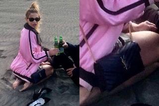 Clizia Incorvaia dopo il GF Vip: aspetta Paolo Ciavarro in spiaggia con birra e borsa griffata