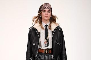 """Dior è femminista, a Parigi le modelle sfilano in giacca e cravatta: """"Senza donne il mondo si ferma"""""""
