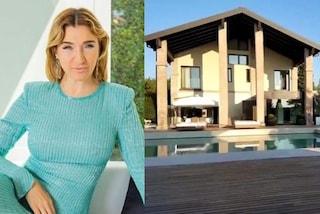 Elisabetta Franchi apre le porte di casa: la lussuosa villa ha piscine luminose e galleria di vetro