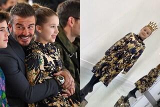 Harper Beckham è la star delle sfilate: per la prima volta indossa l'abito firmato da mamma Victoria