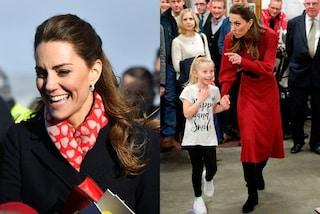 Kate Middleton in rosso e con la sciarpa a cuori: il look low-cost è perfetto per San Valentino