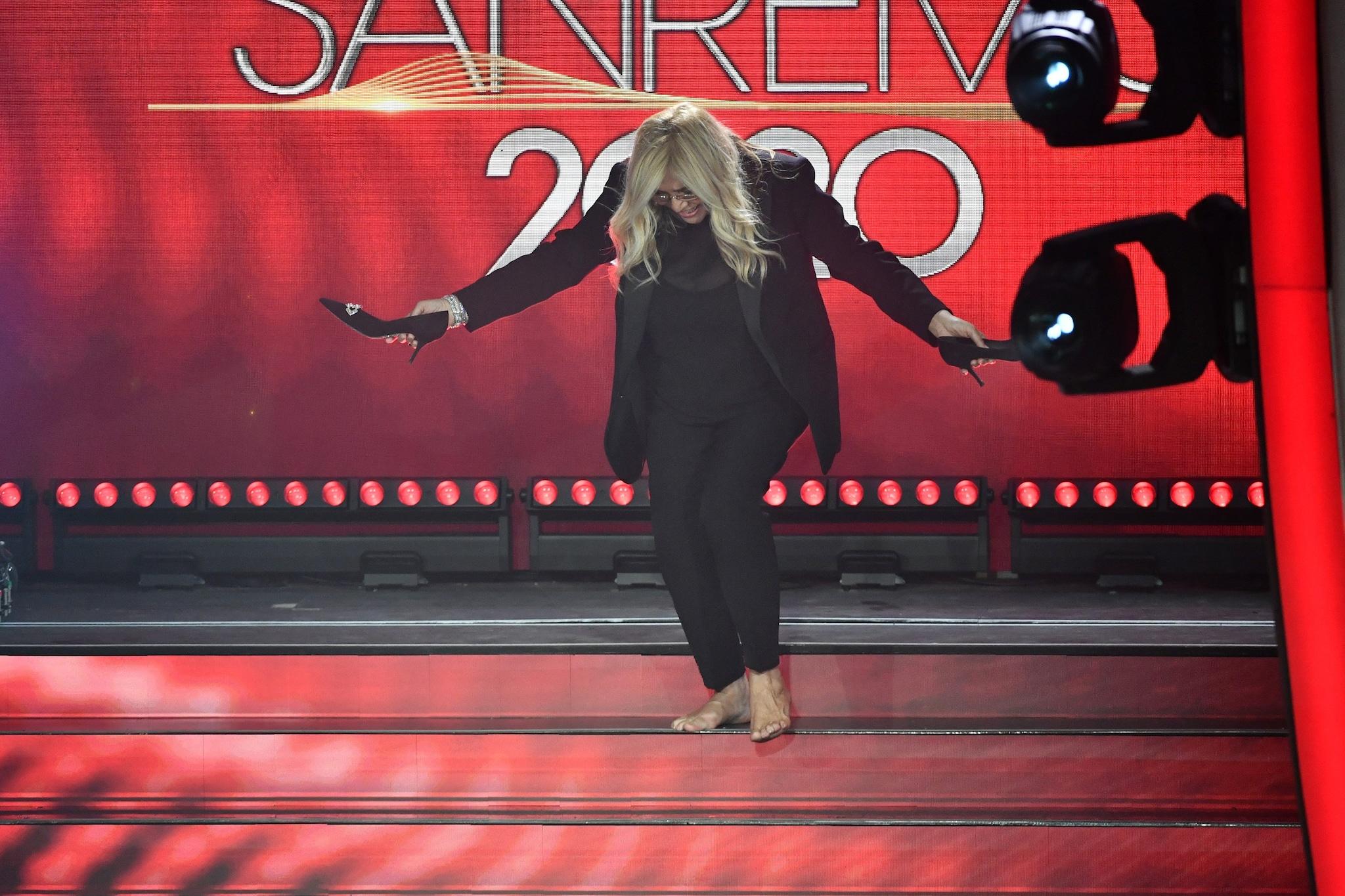Mara Venier nella finale di Sanremo 2020 toglie le scarpe
