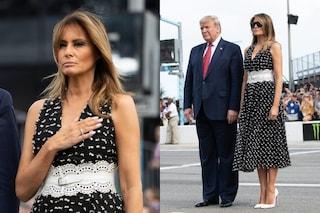 Melania Trump anticipa la primavera: con l'abito a pois è icona trendy
