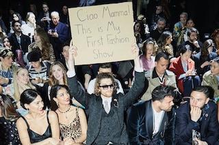 Il ragazzo col cartello, chi è l'influencer sbarcato alla Fashion Week con i suoi messaggi ironici