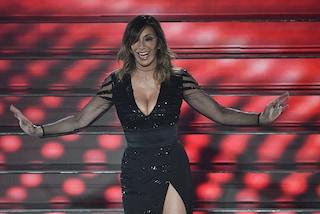 Sabrina Salerno hot a Sanremo, scollatura e spacco sexy sulla scalinata dell'Ariston