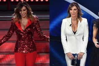 Sabrina Salerno a Sanremo in rosso e bianco: i completi sono da uomo ma la scollatura è esplosiva