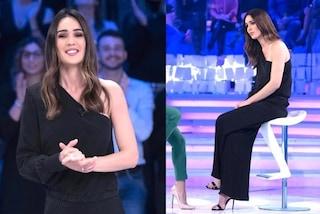 Silvia Toffanin torna al nero, a Verissimo elegantissima con monospalla e plissé