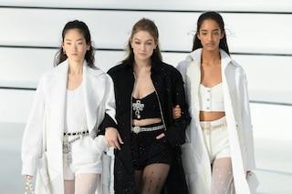 Chanel, ritorno agli anni '80: alle sfilate di Parigi va in scena l'omaggio a Karl Lagerfeld