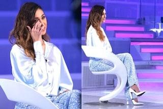 Belén Rodriguez a Verissimo anticipa la primavera: look pastello con pantaloni e tacchi quadrati