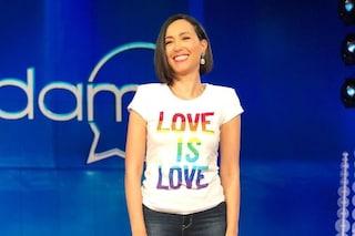 Caterina Balivo a Vieni da Me, per l'ultima diretta sceglie la t-shirt dedicata all'amore