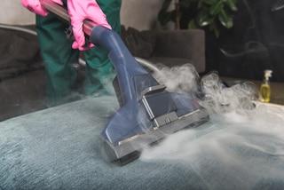 Come disinfettare il divano con il vapore: i consigli per il tessuto e per la pelle